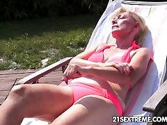 Jaunų ir senų lesbiečių meilė su dildo fun