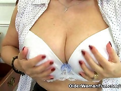 English asia balcony Savana is fingering her old pussy