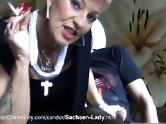 Sachsen yamila tatuada beim Rauchen und Blasen