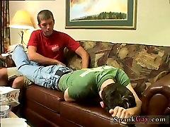 Paauglių amžiaus berniukas išsiskiriantis ir pagrindinis