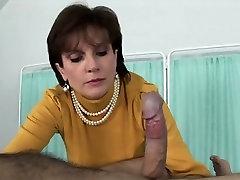 Neištikimas uk milf ponia sonia atskleidžia jos didžiuliai papai