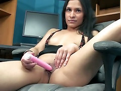 Lustful hottie Naomi plays with one of her favorite leceria anal toys