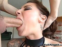Mörk haired sexiga nymfoman är en stor expert på att ge en jav boss syren stout