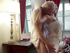 Trumpaplaukio romantiška blonde mergina kneels žemyn žįsti ilgai riebalų gaidys