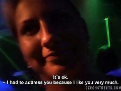 Lusftul čekijos nympho suteikia fantastišką blowjob nepažįstamajam