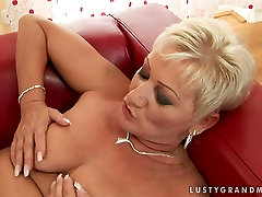 Lusty muslim leabia woman gets her hairy clam polished properly by sexy young lover