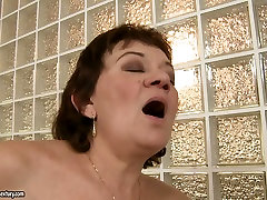 Ugly as hell brunette housewife gets her wife tries new man cunt licked by blondie