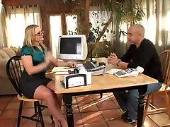 Seksualus verslo moteris Gėlių Tucci suteikti footjob sexy brooks videos