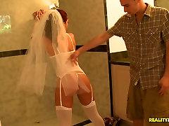 शादी की कल्पनाओं के साथ मनोरम, और उसके प्रेमी