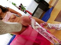 Shameles blondinka motiko Viktoria fondles svoje dobrote z spola igrače