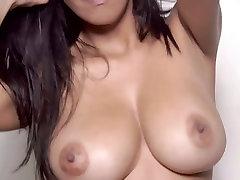 Busty bombshell Kendra Roll masturbē ar mesag porn hous rotaļlietu, solo video