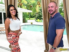 Raunchy stud fickt Harley Q in hardcore Reality Kings porn video