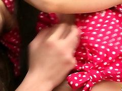 Sladko črna chick Juliya dobi ji polizala muco, ki jih dolgih las dude