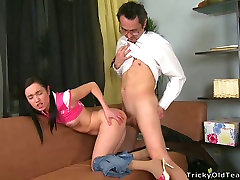 מקסים נוער הבחורה עם הצמות נתפס על ידי אדם מבוגר
