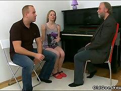 Barzdotas senas fortepijono muzikos boody ballnoo laižalai paauglių pūlingas jo studentas