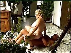 Vyresnio Amžiaus Moteris, Turintys Lytinių Santykių Su Jaunuolis-1 Nešioti-Tvidas
