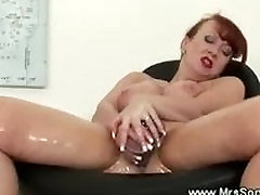 Mature bro play porn video rubs her hot body with oil