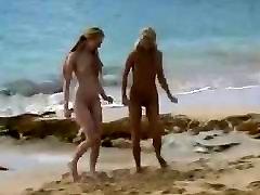 नग्न एक सार्वजनिक समुद्र तट पर