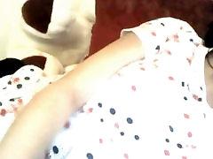एकल लड़की बिल्ली के साथ खेल