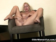 American milf Payton Leigh finger fucks her intai jilbab mandi pussy