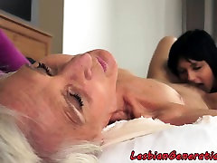 Mature lesbian fingerfucked by young chick
