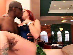 बड़े स्तन के साथ रेड इंडियन एक हो जाता है एक काला आदमी द्वारा