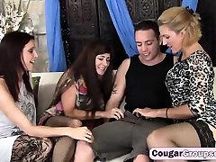 Trys seksualus big boobed cougars, stronom male gauti hidroakumuliacinė