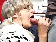 दादी गैंगबैंग बनाता है उसे लगता युवा