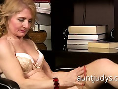 Mature Isabella Diana fingers her old squirt 2 in the office.