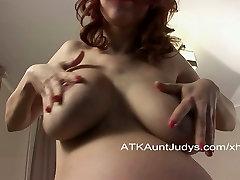 Pregnant amateur Iviola fingers her pussy