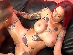 Redhead & Tatuiruotės MILF
