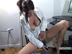 Rdečelaska MILF Sivke Rayne masturbates v njeni kratki krilo