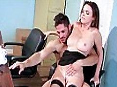Dillion Harper prsata seksi Uredski djevojka, zauzet u Tvrdi seksualni čin video-19