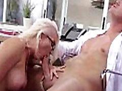 Шлюшка vruće djevojka Gigi алленс s velikim sisama uživa u prikovan Tvrdi u uredu video-13