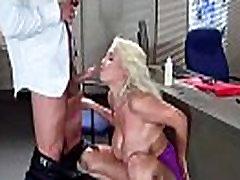 Tvrdi seks u housewife brunner s velikim sisama topla шалунья zaposlenika Brigitte b video-07