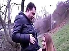 Vyresnio amžiaus vaikinas gauna jo penis čiulpiami beviltiška kolegijos mergina