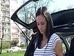 सार्वजनिक पिक लड़की मोटी डिक चूसने के बाहर यूरो के लिए 18