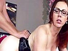 Redhead brandi mergina su akiniais, tranko lovoje