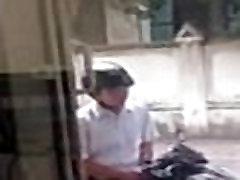 EL REPARTIDOR SE HACE UNA PAJA EN LA MOTO MIENTRAS ESPERA EL PEDIDO HIDDEN CAM