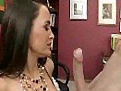 Prekrasna djevojka Lisa Ann s velikim sisama uzimajući hardcore seks u uredu film-23