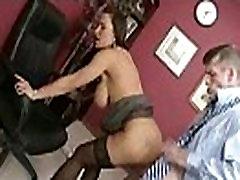 गर्म सेक्स दृश्य में बड़े स्तन के साथ सींग का लिसा क्लिप-17