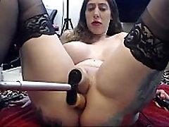 Nogavice dekle, ki dobi railed za prekleti stroj in deepthroats igrača. Dolgo video -webcamsluts.mesto