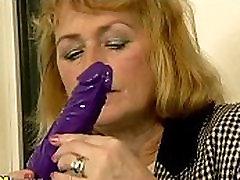 Mala titted blondinka mature dildoing njeno muco