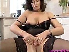 Raguotas Britų Namų Šeimininkė in red legging Brandus Porno