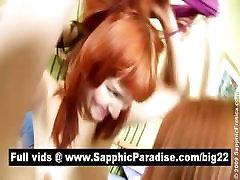 Spalvingas brunetė ir redhead lesbietės, bučiavosi ir gauti plika trijų būdas lesbiečių orgija
