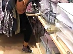 Crayz dekle ščije v trgovini - Ujeli na kamero
