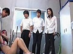 Mignon Asiatique enseignant ciré et la crème dans un groupe