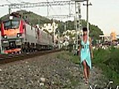 Nuogi viešose ant geležinkelio