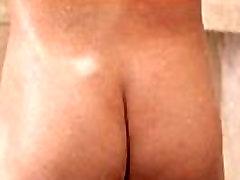 Solo jock masturbando no chuveiro