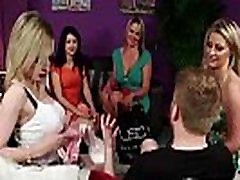Britų watching mom gang bang merginos įdėti į striptizas mėgėjų vaikinas